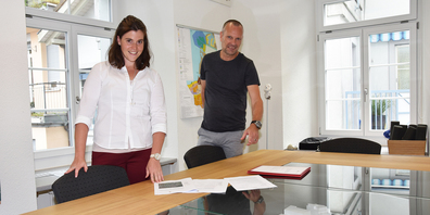 Gemeindeschreiberin Petra Keller und Wolfgang Reumer, Abteilungsleiter Bau und Umwelt, erläutern die Baureglementsänderung.