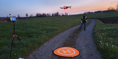 Mit neuster Technologie werden Rehkitze im hohen Gras gefunden.
