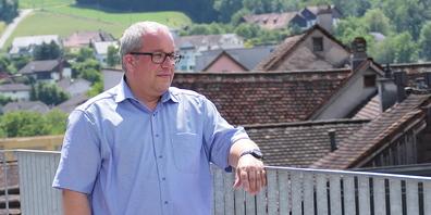 Ruedi Mattle sieht vom Rathaus über die Dächer von Altstätten