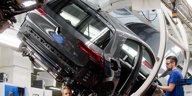 Das Werk von VW in Wolfsburg kann nach der Sommerpause nur eingeschränkt den Betrieb aufnehmen: Denn es mangelt an Chips für die Produktion von Autos. (Archivbild)