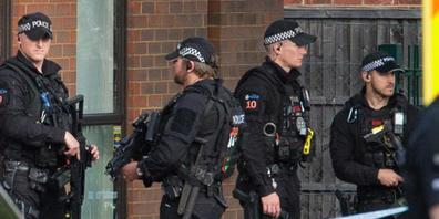Polizeibeamte und Rettungskräfte stehen am Tatort - jetzt wurde der tödliche Messerangriff als terroristische Tat eingestuft. Foto: Nick Ansell/PA Wire/dpa