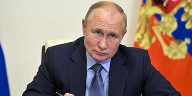 Russlands Präsident Wladimir Putin hält eine Rede. Angesichts der steigenden Zahl von Corona-Infektionen und Todesfällen hat er angeordnet, dass viele russische Arbeitnehmer ab Monatsende eine Woche lang nicht zur Arbeit gehen sollen. Foto: Alexei...