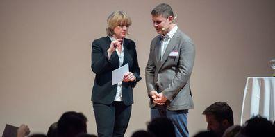 Moderatorin Daniela Lager mit Keynote-Speaker Carsten Koerl am LDA 2019