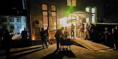 Als Zugabe der besonderen Art eine musikalische Verabschiedung draussen vor dem Tor der Stuhlfabrik.