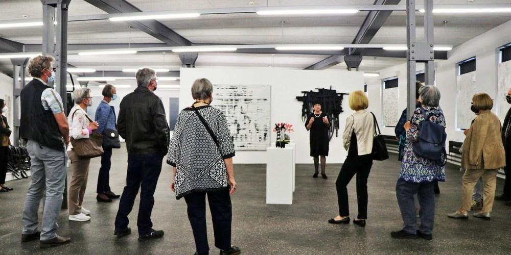 Kuratorin Hedi K. Ernst erklärte ihren Zuhörern die Vielfalt von Martin Arnold Rohrs Bildern und Skulpturen.