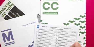 Eine wählende Person erwägt, auf einer Kandidatenliste einen Namen zu streichen. Gemäss einer neuen Studie kommt das überdurchschnittlich oft vor, wenn der oder die Kandidierende einen fremdländisch klingenden Namen trägt (Symbolbild).