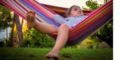 Entspannte Kinder sind das grösste Geschenk im Urlaub. Doch was brauchen Kinder eigentlich zum Entspannen? Relaxte Eltern sowie Freiraum und Natur.