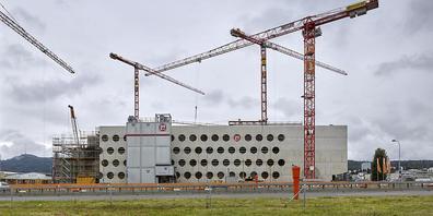 Die im Bau befindliche Heimstätte der ZSC Lions: Die Erschliessung des Stadions kostet die Stadt Zürich statt 1,9 nun 4,4 Millionen Franken. (Archivbild vom 17. Juli 2020)