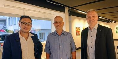 Der neugewählte Schulrat Marcel Hilber, umrahmt von FDP Uzwil-Präsident Yves Beutler (links) und Gemeinderat Ruedi Müller.
