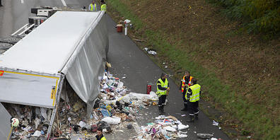 Nach einem Unfall bei Nyon VD liegt Abfall auf der A1-