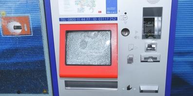 Dieser Billett-Automat neben Gleis 1 im Kaltbrunner Bahnhof wurde auf unbekannte Weise beschädigt.