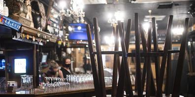 """Die Davoser Regierung will Betrieben, die vom Lockdown betroffen sind, einen Teil der Tourismusabgabe erlassen. Im Bild die """"Ex Bar"""" am Tag der  Schliessung am 4. Dezember 2020. (Archivbild)"""