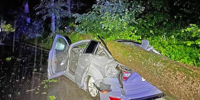Ein tonnenschwerer Baum stürzte in Frauenfeld auf ein fahrendes Auto und drückte das Fahrzeug zusammen. Die Fahrerin wurde verletzt. Das Auto erlitt Totalschaden.