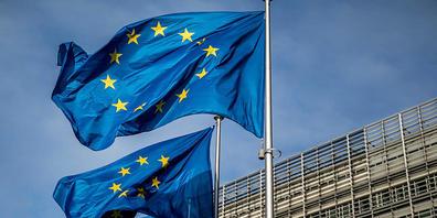 ARCHIV - Europaflaggen wehen vor dem Sitz der Europäischen Kommission. Foto: Michael Kappeler/dpa
