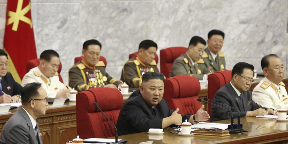 In diesem von der nordkoreanischen Regierung zur Verfügung gestellten Foto spricht der nordkoreanische Machthaber Kim Jong Un (M) während einer Versammlung der Arbeiterpartei. Foto: KCNA/KNS via AP/dpa - ACHTUNG: Verwendung nur bis 14 Tage nach Se...
