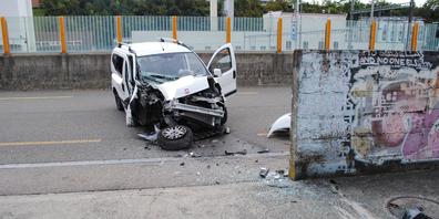 Auto kollidiert mit Mauer.