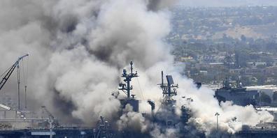 ARCHIV - Auf diesem Archivbild vom 12. Juli 2020 steigt Rauch von der USS Bonhomme Richard in San Diego nach einer Explosion und einem Brand an Bord des Schiffes auf dem Marinestützpunkt San Diego auf. Foto: Denis Poroy/AP/dpa