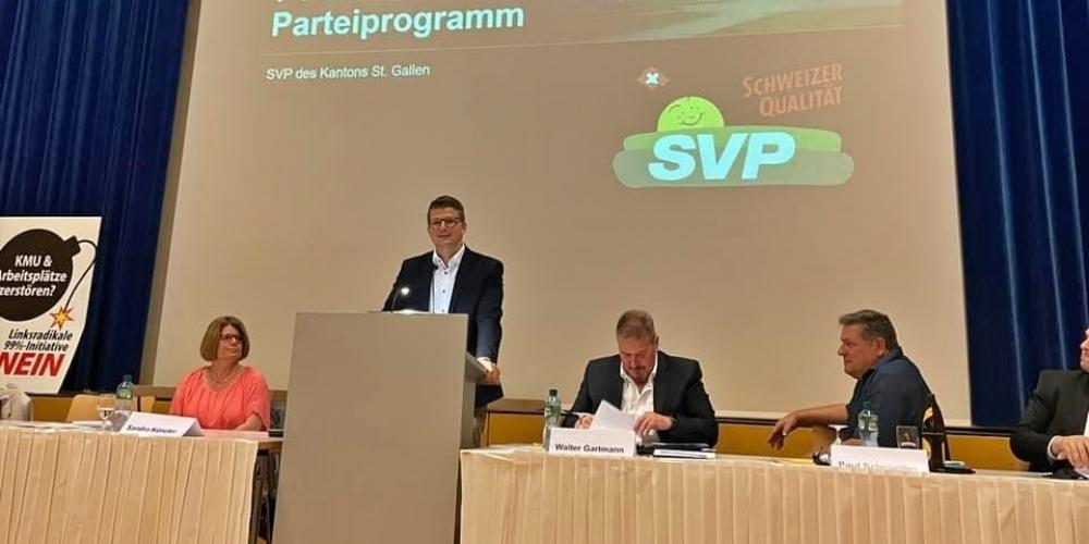 Mike Egger (am Stehpult) wurde in Kaltbrunn zusammen mit Esther Friedli als Vizepräsident gewählt.