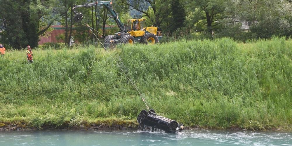 Das Auto wurde mittels Flaschenzug durch ein Bergungsfahrzeug aus dem Linthkanal gezogen.