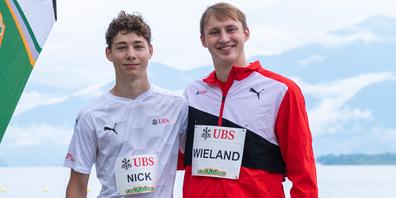 Das Schaffhauser Leichtathletik-Talent Nick Rüeger (l.) lässt sich von Speerwerfer Simon Wieland inspirieren.