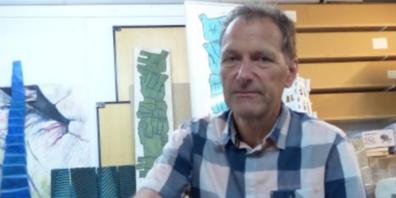Heinz Zellweger im Atelier mit Holzskulptur zum Thema Durchbruch; Händeturm; Kleinskulpturen zum Thema kleine Architekturen
