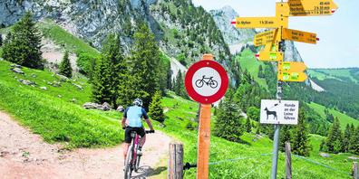 Bei der Holzegg steht neuerdings ein Fahrverbot für Velos.