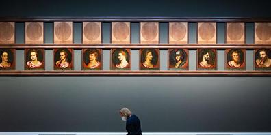 """Eine Frau sitzt während eines Pressetermins in der Staatsgalerie Stuttgart in der Sonderausstellung """"Becoming Famous. Peter Paul Rubens» vor Ölgemälden auf Eichenholz von Peter Paul Rubens und Werkstatt vor 1600, die römische Imperatoren zeigen. I..."""