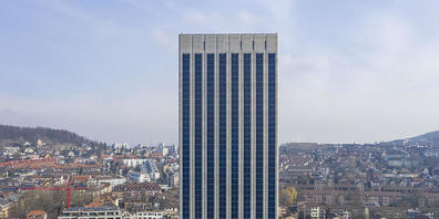 Die Stadt Zürich will bis 2030 das Vierfache an Solarstrom produzieren, auf städtischen Gebäuden das Fünffache. Im Bild die Solarzellen am Kornhaus der Swissmill an der Limmat. (Archivbild)