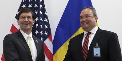 ARCHIV - Mark T. Esper (l), Verteidigungsminister der USA, begrüßt Nicolae-Ionel Ciuca, Verteidigungsminister von Rumänien, vor einem Treffen der Nato-Verteidigungsminsiter. Foto: Virginia Mayo/AP Pool/dpa