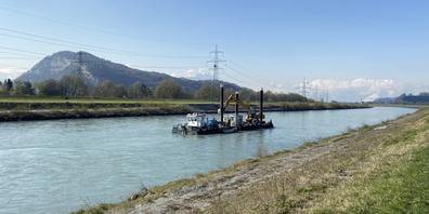 Der Bagger reisst innerhalb von drei bis vier Tagen die Flusssohle auf
