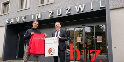 Von links: Fabio Vitto, Präsident FC Zuzwil, und Dominik Keller, Geschäftsleiter Bank in Zuzwil.