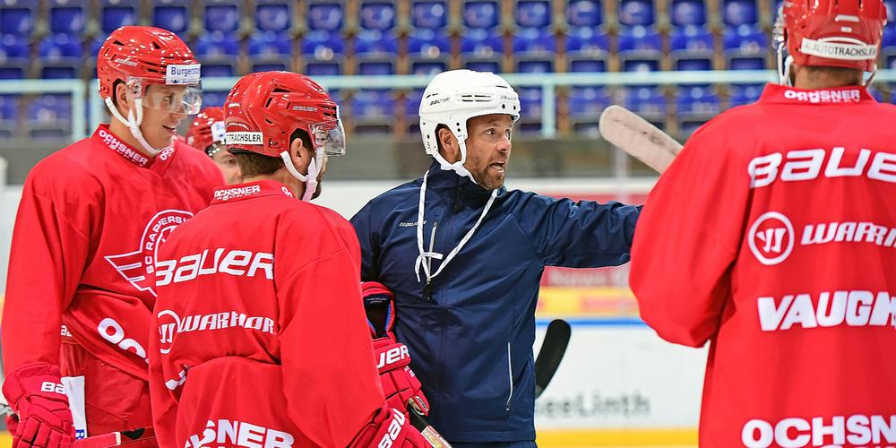 Hat das Kommando übernommen: SCRJ-Trainer Stefan Hedlund erteilt seinen Spielern Anweisungen.