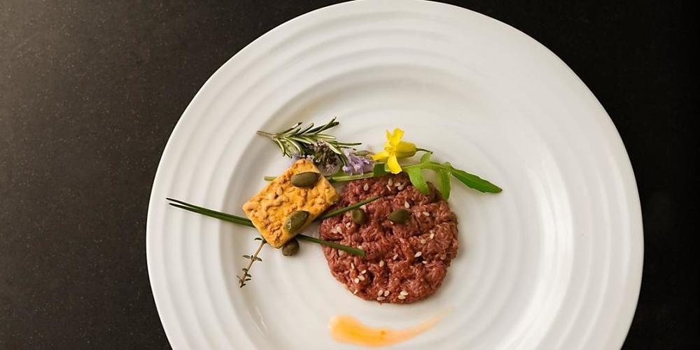 """""""Kultiviertes Fleisch"""" aus Zellkulturen hat eine bessere Klimabilanz - im Bild ein """"Steak Tartare"""" aus Kunstfleisch der Firma Mosa Meat (Bild Mosa Meat)"""