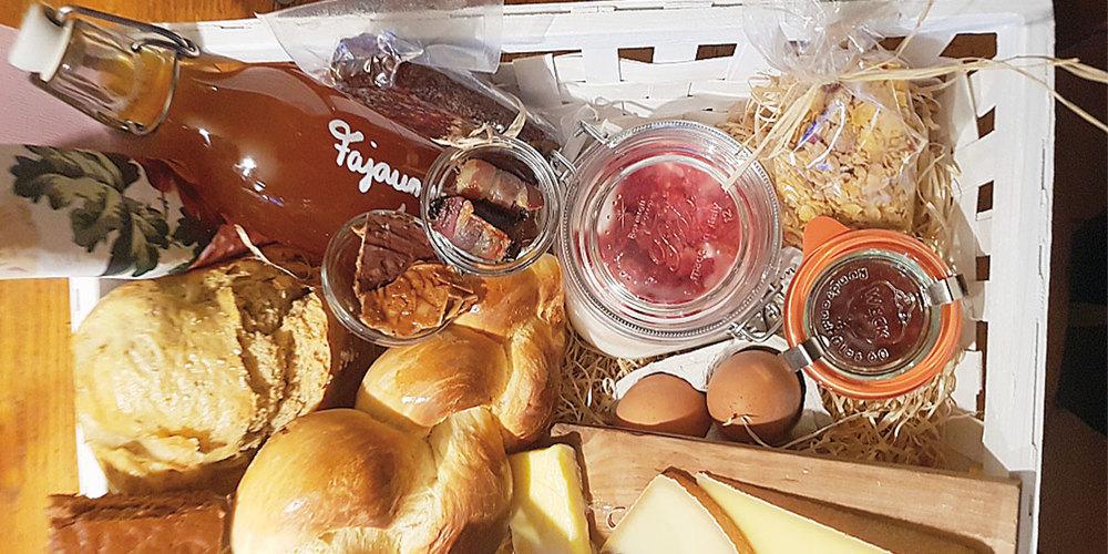 Im Fajauner-Brunchkorb stecken viele leckere Hofprodukte.