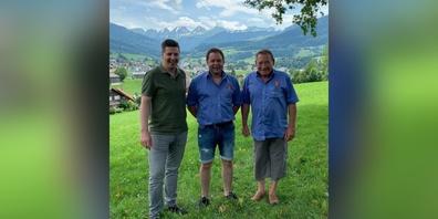 Bildlegende von links: Thomas Bösch, Präsident SVP Toggenburg; Rolf Habegger, neuer Präsident SG Wilhelm Tell; Hausi Stauffacher, alter Präsident SG Wilhelm Tell.
