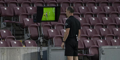 Stefan Horisberger, der am Samstag die Partie zwischen den Young Boys und Luzern gepfiffen hat, schaut sich eine Szene auf dem Videobildschirm an. (Archivbild)