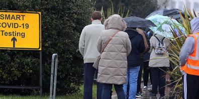 ARCHIV - Die Zahl der täglichen Corona-Todesfälle stieg in Großbritannien zuletzt auf 223 Fälle - der höchste Stand seit März. Foto: Peter Byrne/PA Wire/dpa
