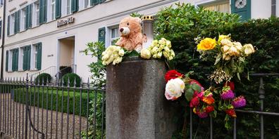 Die Blumen und Kerzen erinnern an den tragischen Tod von Rubin B.