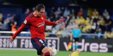 Villarreals Aissa Mandi (am Boden) hat gegen Osasunas Kike Garcia das Nachsehen
