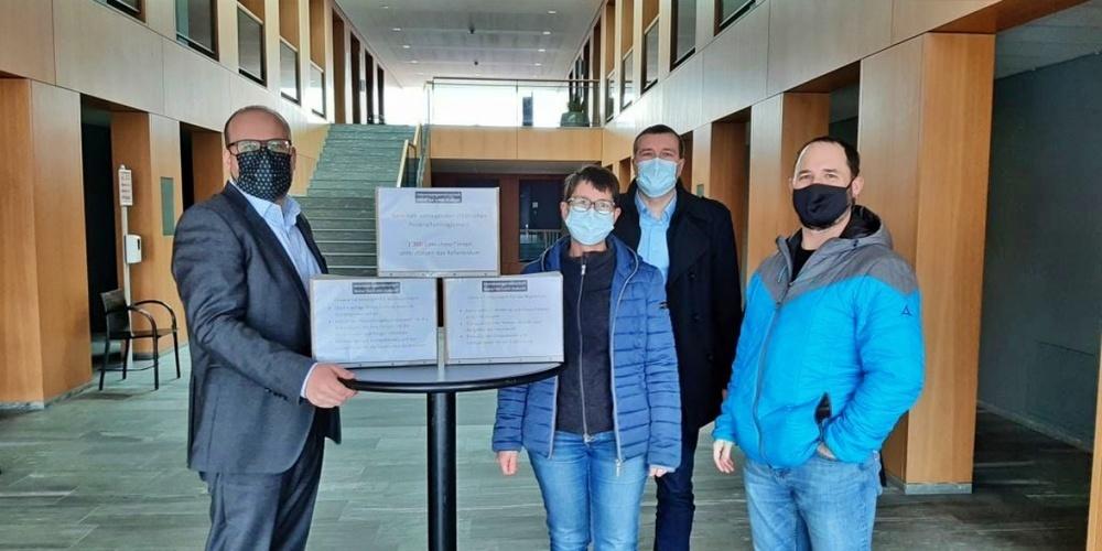 Referendumsübergabe (v.l.n.r.): Stadtpräsident Martin Stöckling, IG Referendum: Christine Hunziker, Peter Hunziker, Daniel Riesen