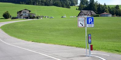 Laut dem Newsletter des Preisüberwachers wurde auf dem Parkplatz Büel am Fusse des Etzels ob Schindellegi per 22. September die gehobene Grundgebühr deutlich angepasst: Die erste Stunde kostet nun 1.50 anstatt 5 Franken.