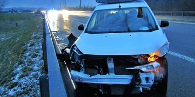 Am Auto und an der Strasseneinrichtung entstand Sachschaden.