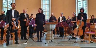 Das Ensemble nimmt den Applaus des Publikums entgegen.