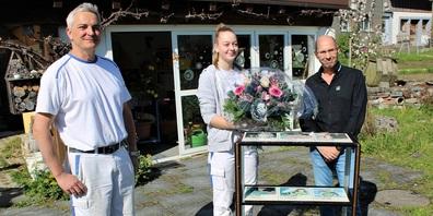 Übergabe des Sonderpreises (Goldvreneli und Blumen) durch Kurt Heller von der SponsorenfirmaJosef Dolder AG.