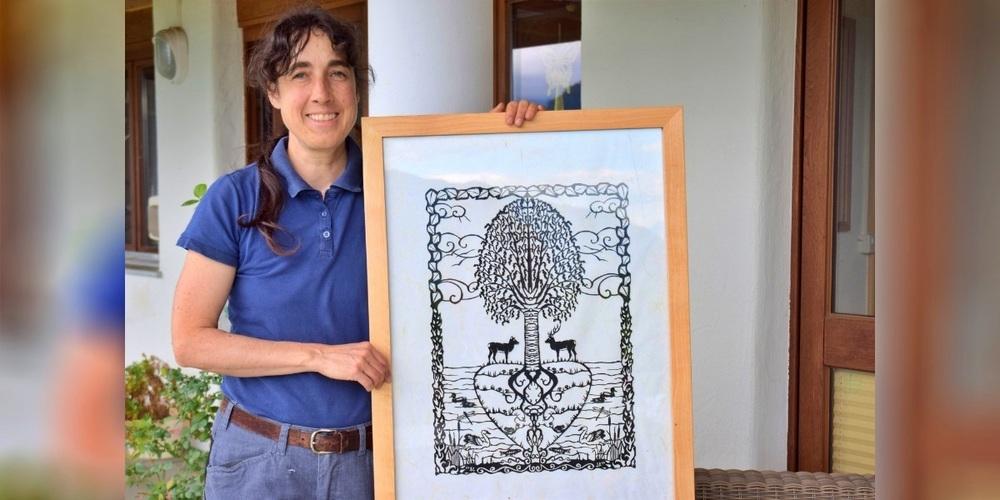 Sandra Rhyner fertigt ganze Kunstwerke an Scherenschnitten an.