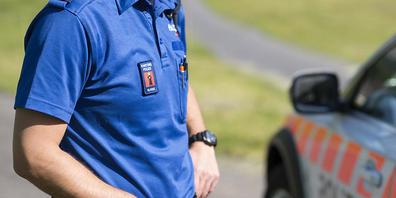 Beamte der Glarner Kantonspolizei wurden in der Nacht auf Samstag vom mutmasslichen Täter zu einem Tötungsdelikt auf einem Parkplatz gerufen. (Symbolbild)