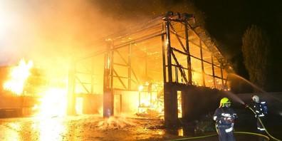 Die unbewohnte Lagerhalle ist abgebrannt. Weder Mensch noch Tier kam zu Schaden