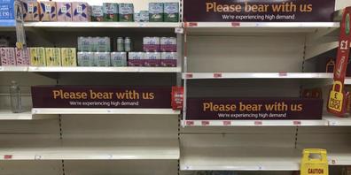 Blick auf leere Regale und Schilder in einem britischen Supermarkt. Die hohe Zahl an Menschen in coronabedingter Quarantäne stellt Großbritannien vor Herausforderungen. Wegen massiver Personalausfälle hat die britische Regierung die Quarantäne-Reg...