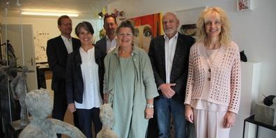 von links: Philippe Mattle, Jurymitglied; Sabina Saggioro, Jurymitglied; Titus Ladner, Jurymitglied; Karin Thür, Künstlerin; Heinz Duppenthaler, Jurymitglied; und Brigitte Lüchinger, Jurypräsidentin, im Atelier Ka in Altstätten