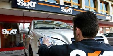 Der Autovermieter Sixt hat in der Ferienzeit in den USA und Europa überraschend gut abgeschnitten und erwartet nun fürs Gesamtjahr einen deutlich höheren Gewinn.(Archivbild)